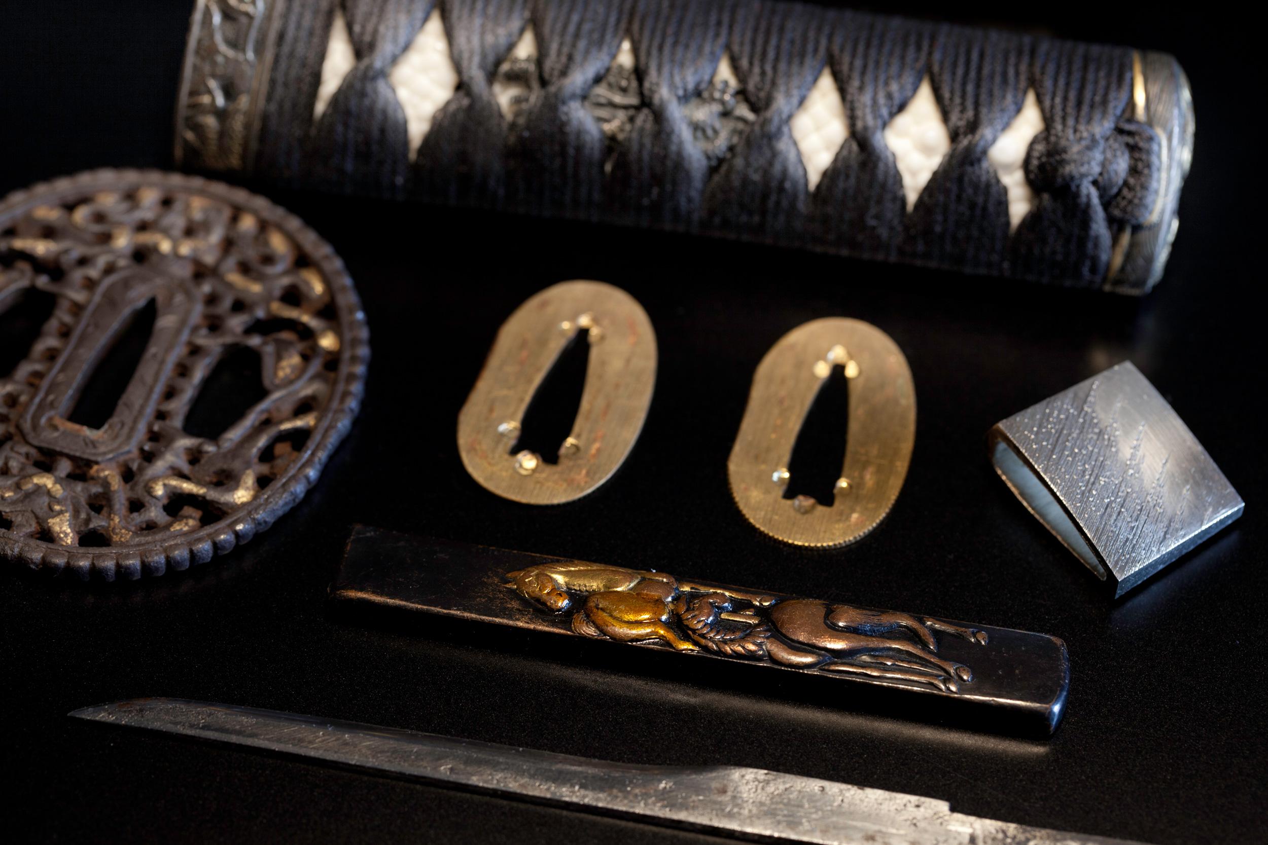 非常に状態の良い南蛮鍔です。鍔の評価だけでも数万円だそうです。縁頭は共に「龍」で縁起ものです。鮫皮も親つぶがしっかり出ております。ハバキは総銀作り(銀無垢)です。