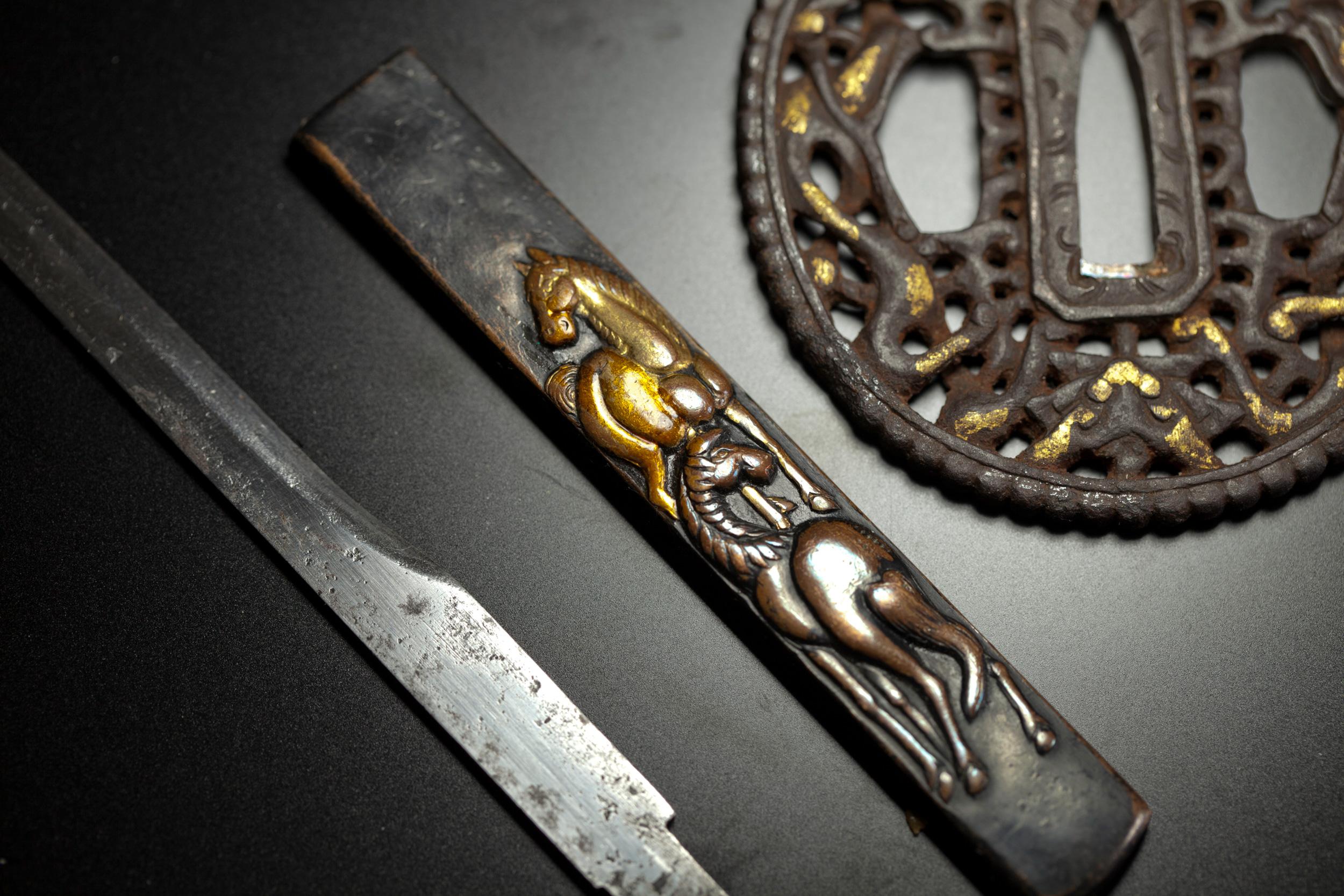 鍔は非常に状態の良い「南蛮鍔」で金象嵌の色もはっきり出ています。ハバキは銀無垢ですべて銀で作られています。鞘はご自身で塗られた思いますが厚手の黒漆塗り。また小柄は現代物を添えております
