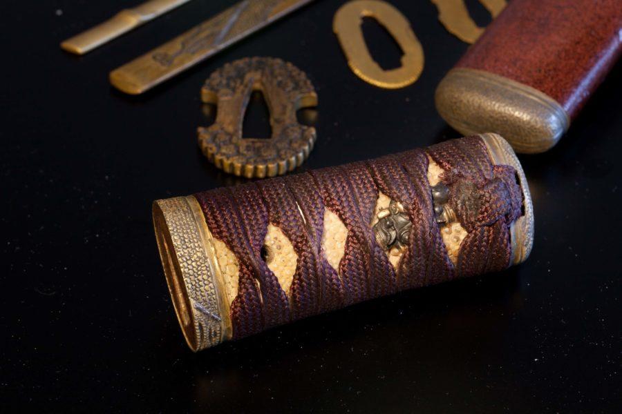 この拵は、信濃国(長野県)の松代藩(松代移封以前の真田家/松代藩主真田家十代)で作られたもので、松代拵と言われるものです。 金具がすべて真鍮で作られるのがその特徴です。