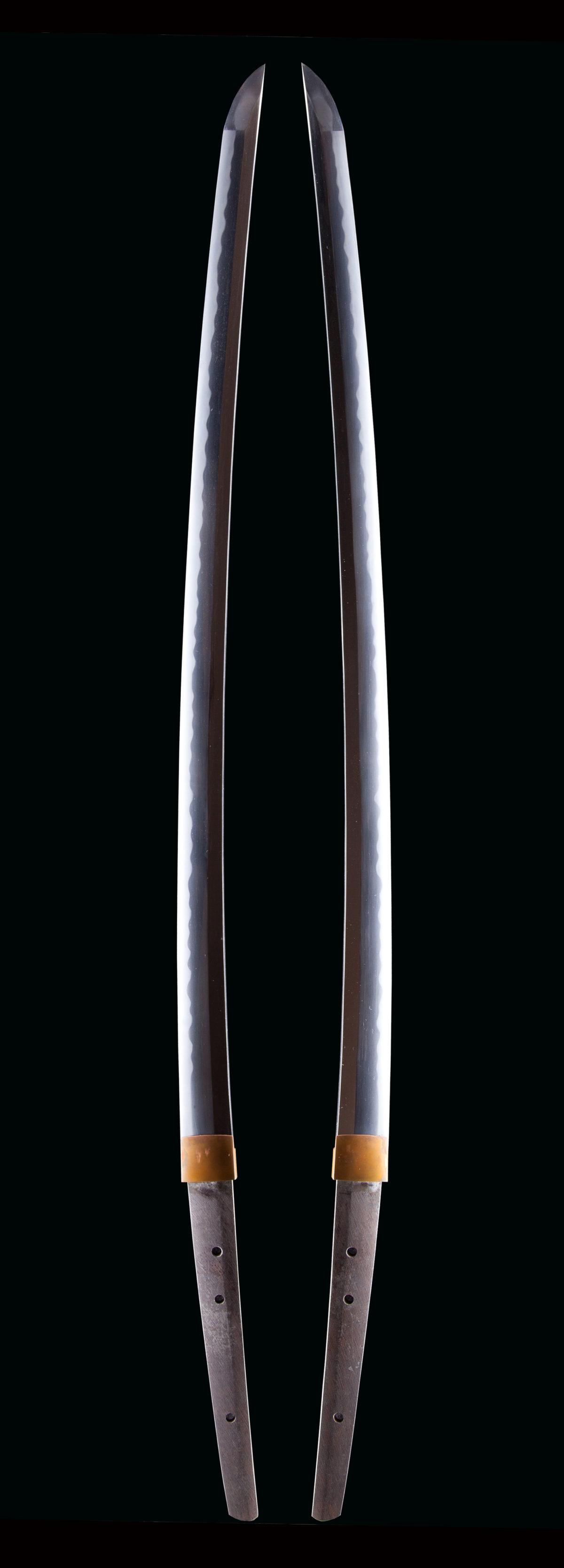 現代 刀工 関住 村山兼幸 本名村山鈴一 昭和の陸軍受命刀工。 岐阜県、昭和前期 1926生-1989年没 本名は村山鈴一。銘は兼幸、村山兼幸、濃州関住村山兼俊幸作など 本作は無銘ながら保存会の極め(鑑定書)が付き鎌倉期の写しと思われ晩年の作か。 鎬作り、庵棟、目釘3個と鎌倉期の写しかと思われる。 地鉄は板目無地風、刃文は互ノ目乱に尖り刃交え、 中切先が延び46.1mm大切先なみで帽子は焼込んで大丸に返り。 重量裸刀身844gと重量感がある一振り。